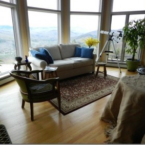 диван у окна в гостиной виды дизайна