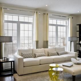 диван у окна в гостиной виды декора