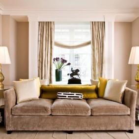 диван у окна в гостиной виды оформления