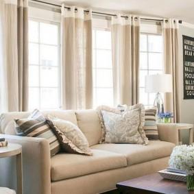 диван у окна в гостиной варианты идеи