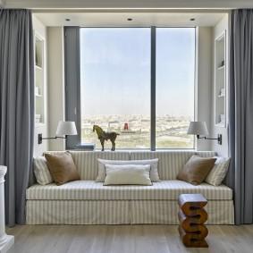 диван у окна в гостиной дизайн