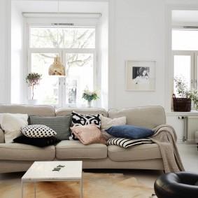 диван у окна в гостиной дизайн идеи