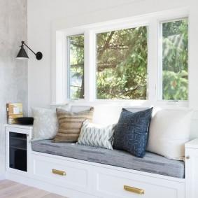 диван у окна в гостиной интерьер