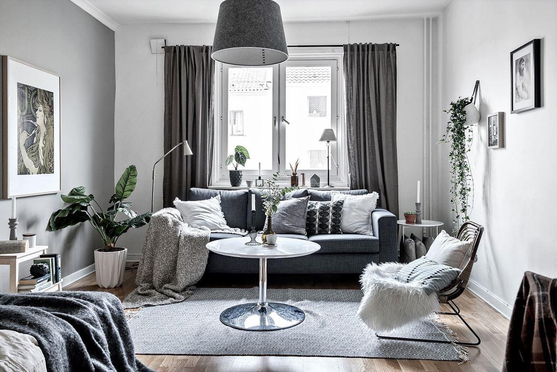 диван у окна в гостиной в современном стиле