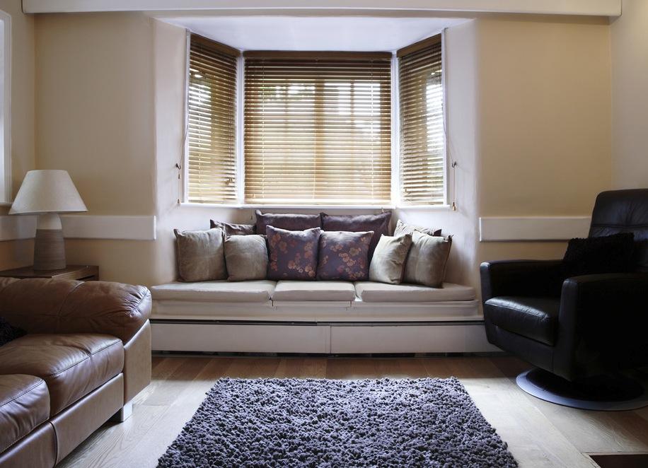 диван у окна в гостиной встроенный