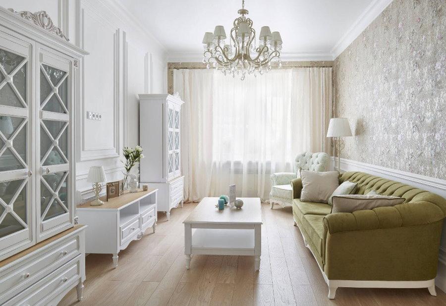 Оливковый диван в белой гостиной комнате