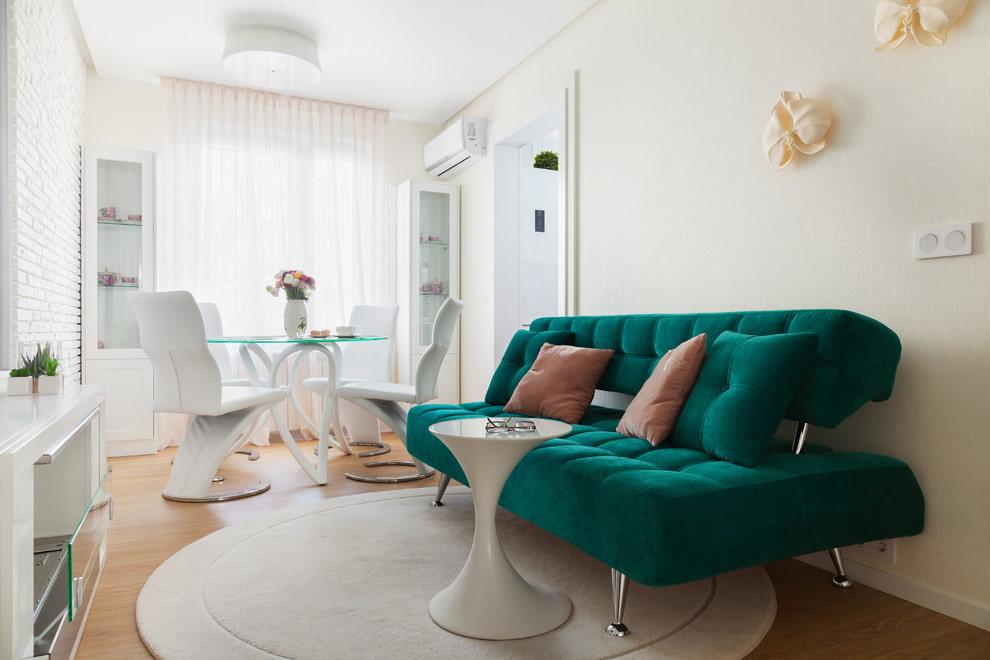 Зеленый диван в светлой столовой-гостиной