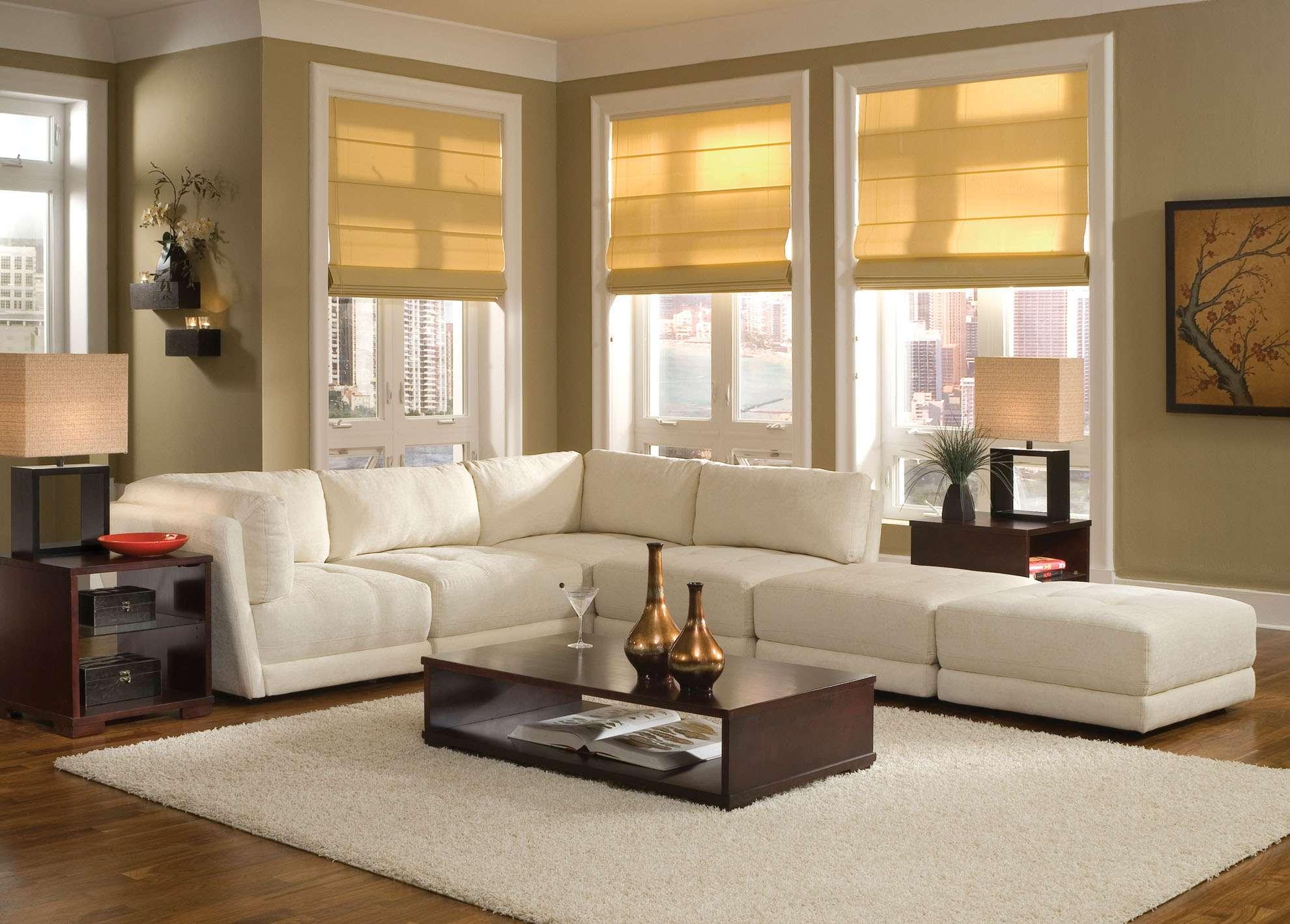 белый диван у окна в гостиной