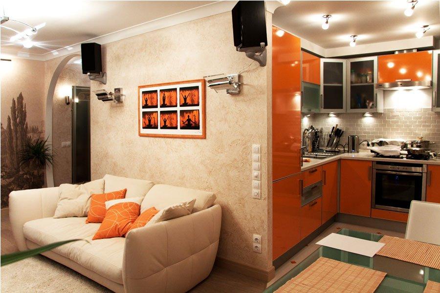 Колонки над диваном в кухне-гостиной трехкомнатной квартире