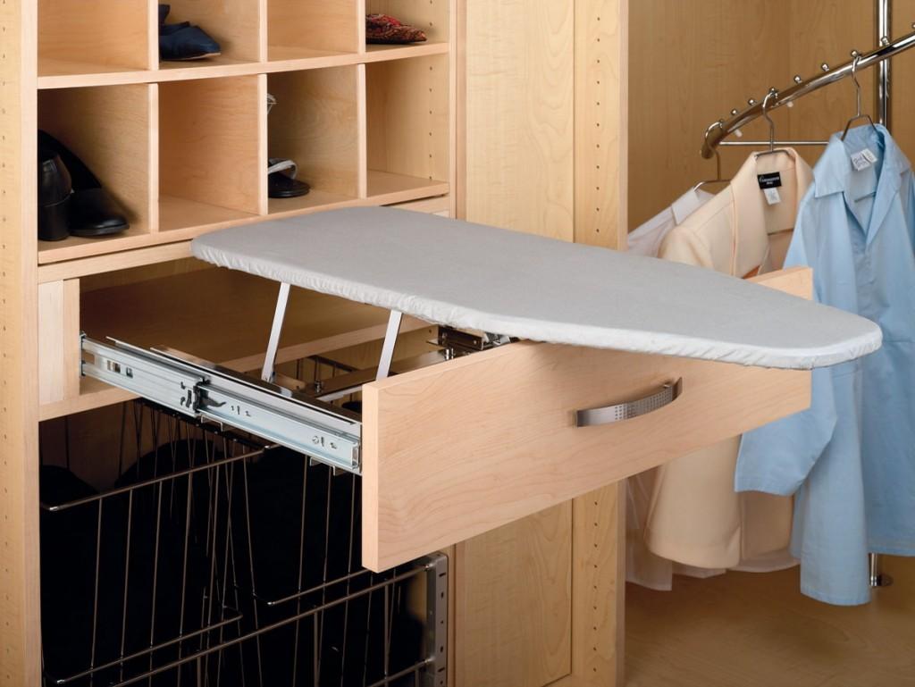 Выдвижная гладильная доска в шкафу купейного типа