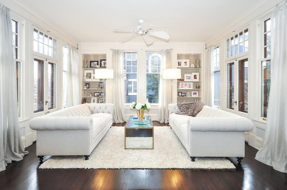 Белые диваны в гостиной загородного дома
