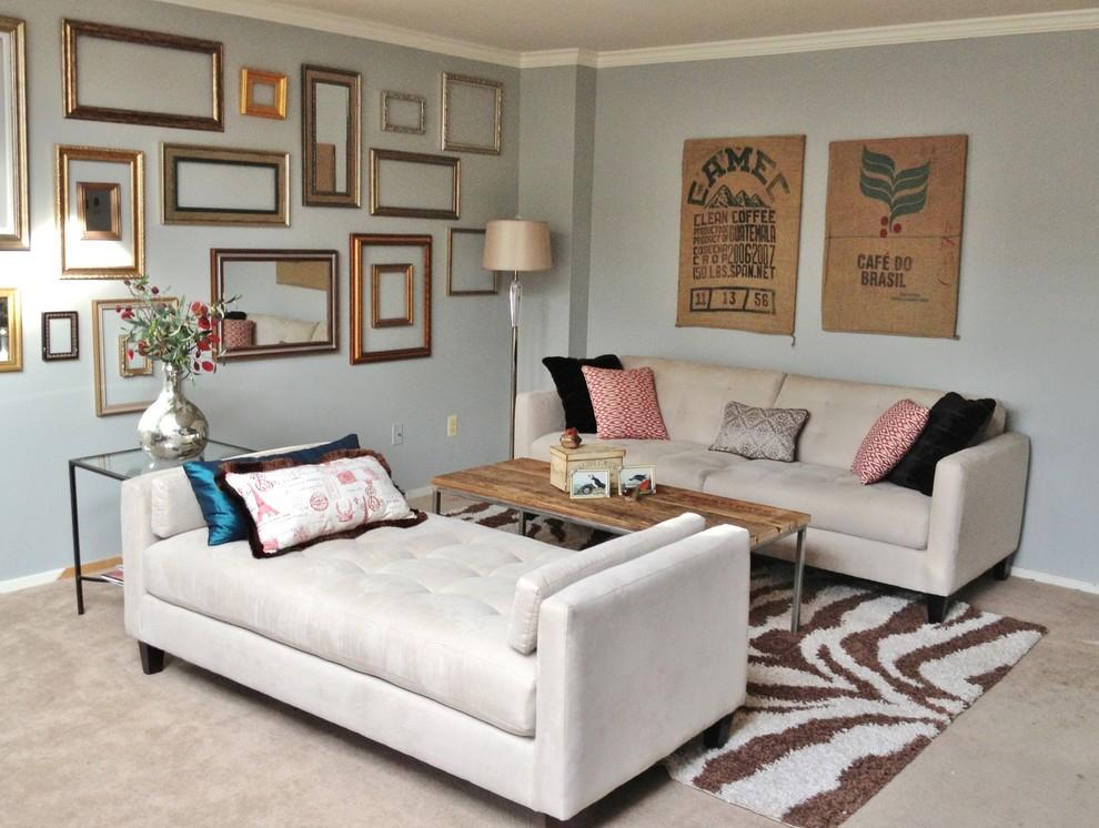 Интерьер маленькой гостиной с двумя диванами