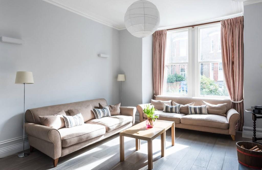 Оформление зоны отдыха с парой диванов в стиле сканди