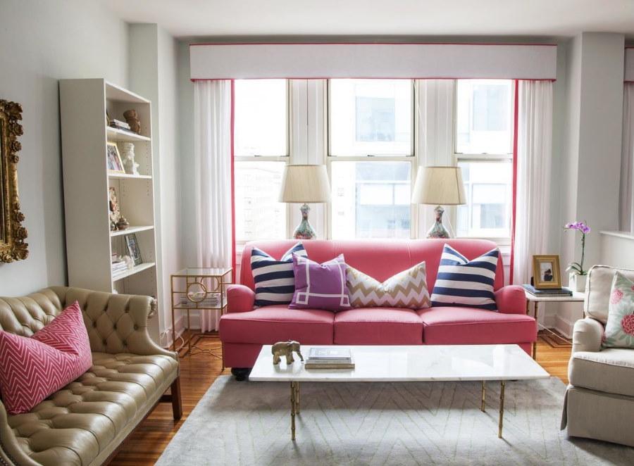 Светлая гостиная комната с диванами разного цвета
