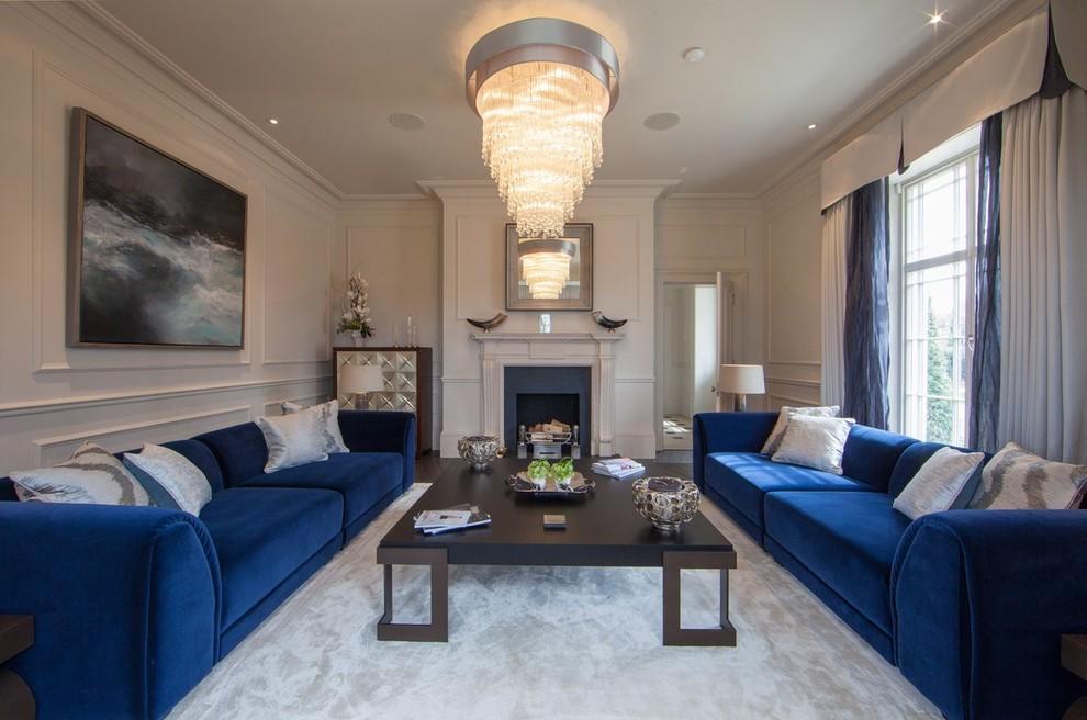 Камин в интерьере гостиной с двумя диванами