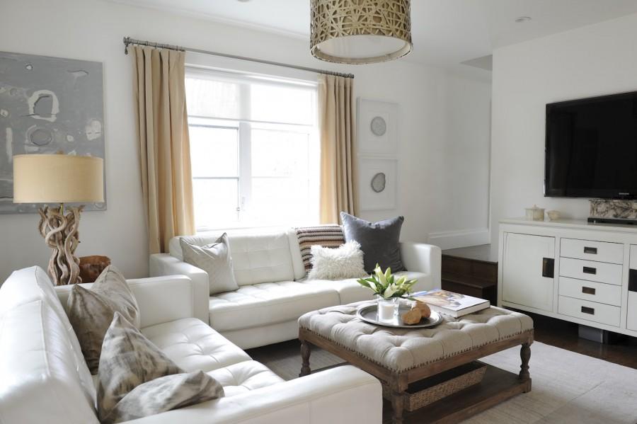 Кожаные диванчики в уютной гостиной с белыми стенами