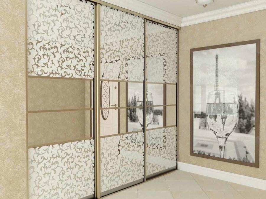 Зеркальные вставки на стеклянных створках шкафа купе
