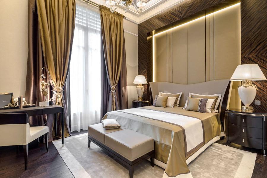 Двойные шторы из дорогого материала в спальне