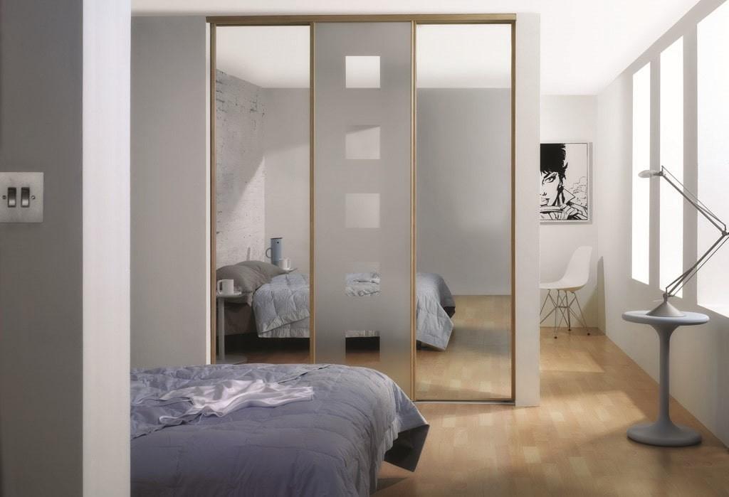 Шкаф-купе в роли разделителя пространства комнаты