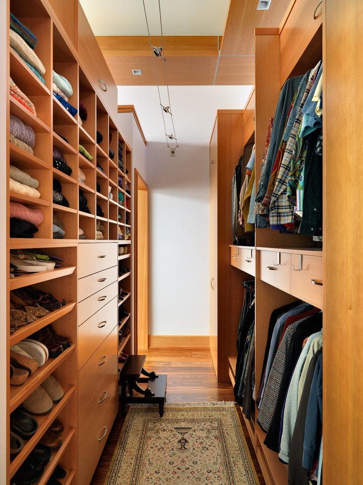 Узкая гардеробная комната с аккуратными полочками