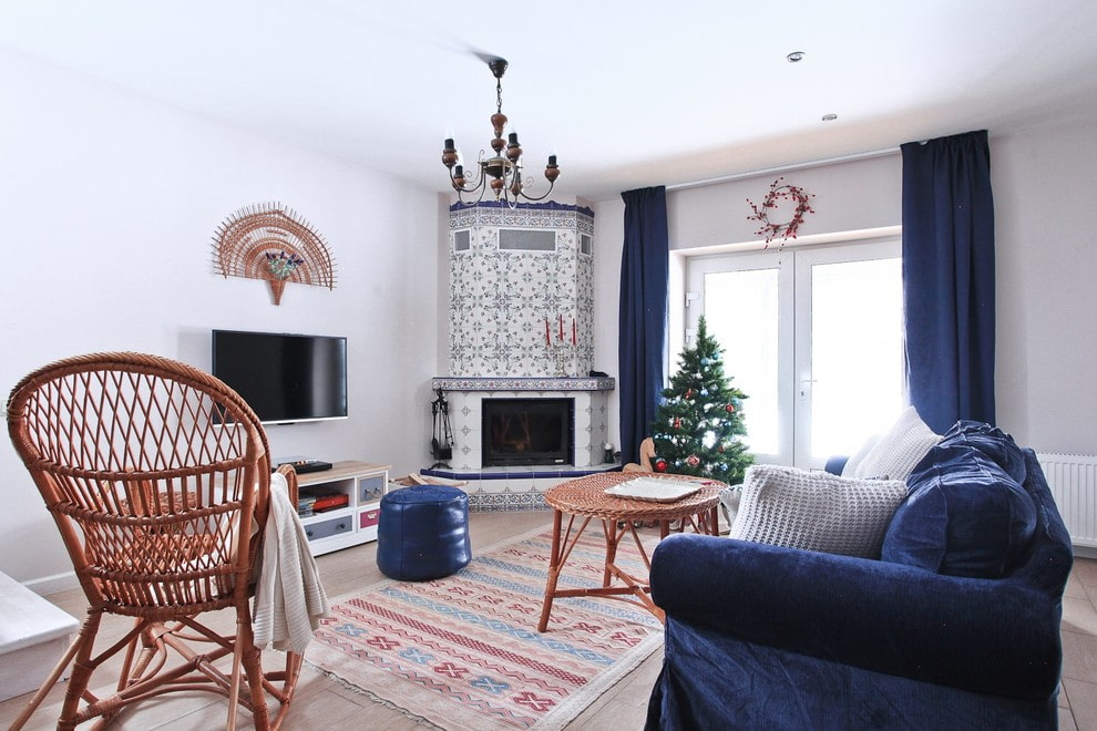 Синие шторы в гостиной комнате с камином