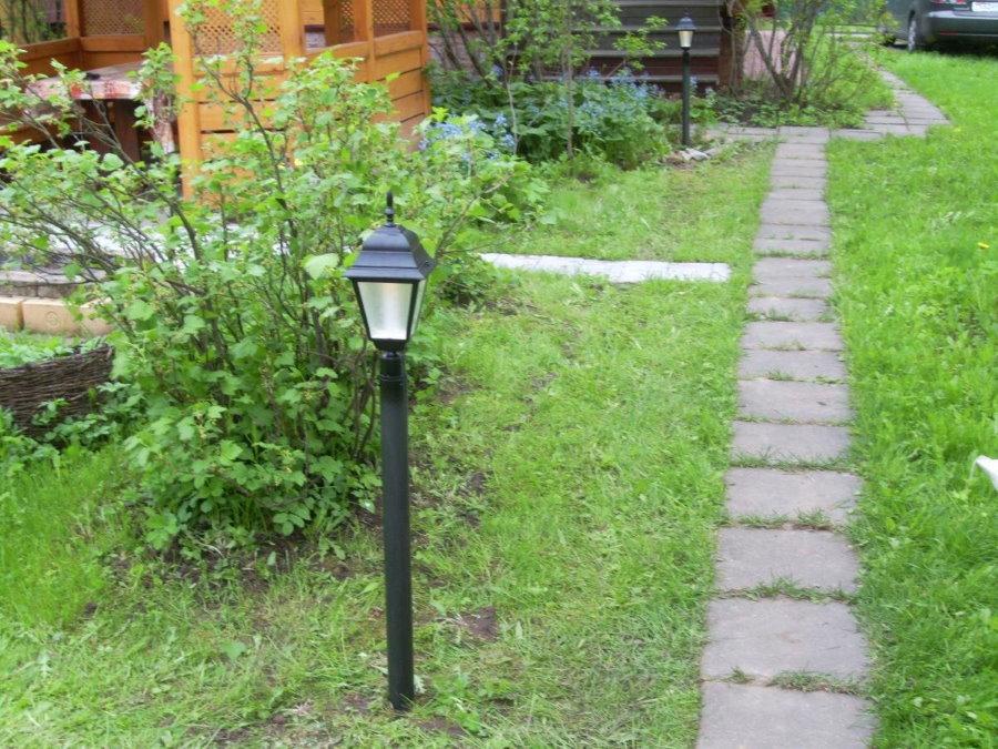 Фонарь-столбик рядом с дорожкой из бетонных плиток