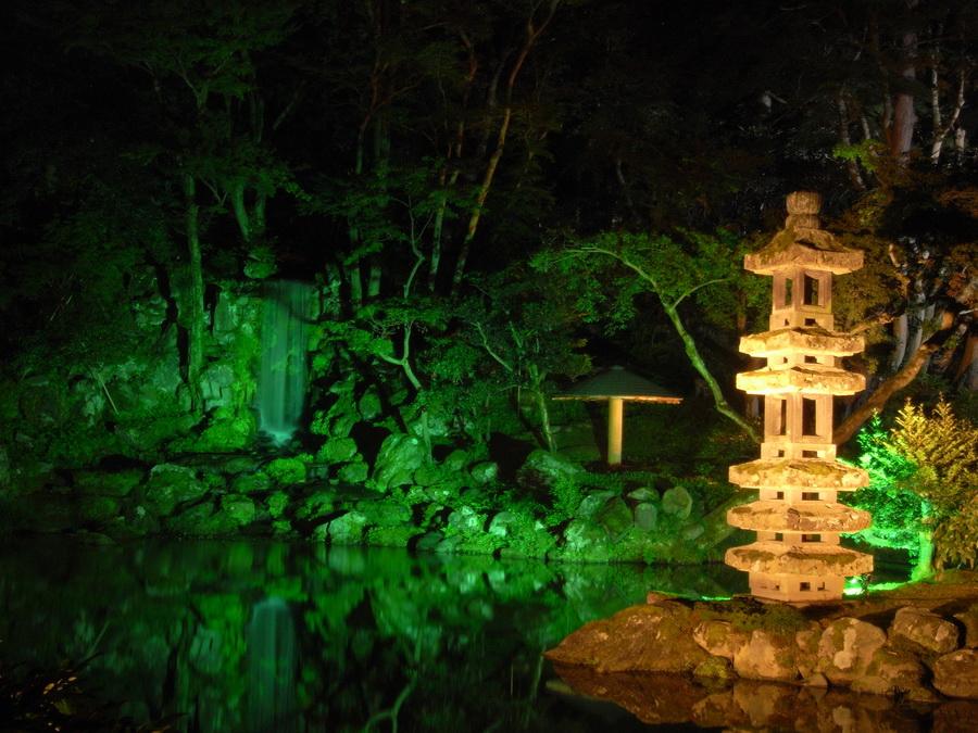 Декоративная подсветка водоема на загородном участке