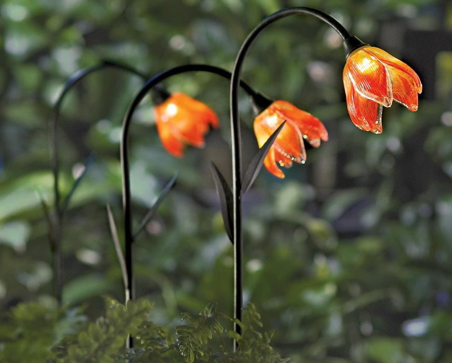 Садовые фонарики в виде цветков из пластика