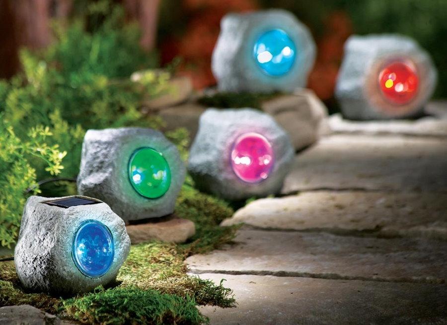 Светильники в виде камней с разноцветными стеклами
