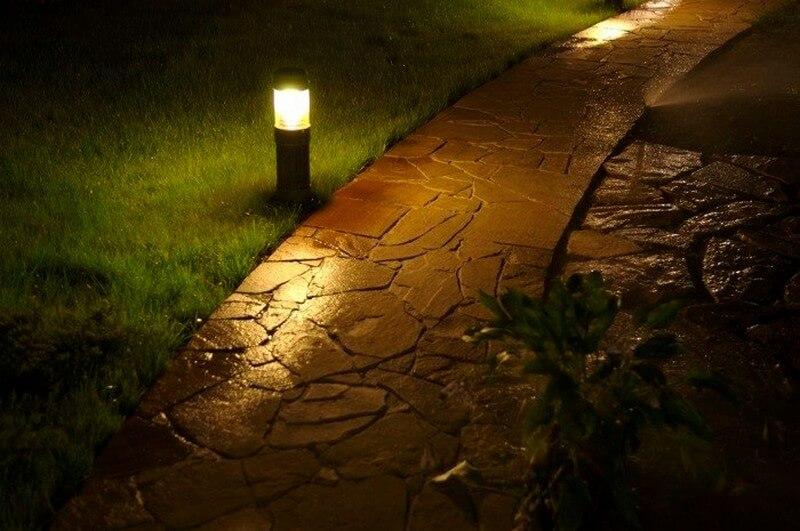 Освещение каменной дорожки с помощью солнечных фонариков