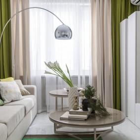 Зеленые шторы в белой гостиной комнате