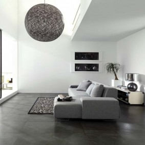 Серый пол в комнате с панорамным окном