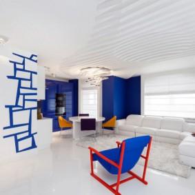 Синий стул на красном каркасе