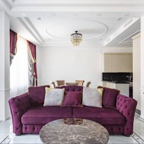 Темный диван в белой комнате