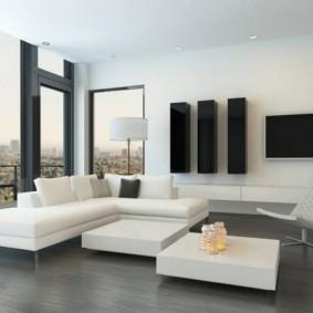 Черные шкафы-пеналы на стене гостиной