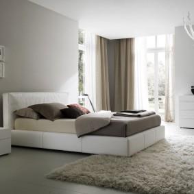 Ковер с длинным ворсом на полу в спальне