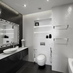 Ванная комната с белыми стенами