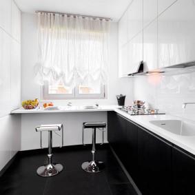 Небольшая кухня в бело-черном цвете