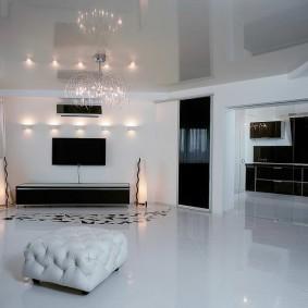 Глянцевый потолок в гостиной комнате