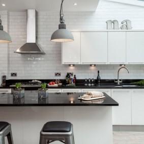 Черная столешница в белой кухне