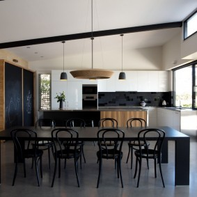 Черный стол в кухне-гостиной