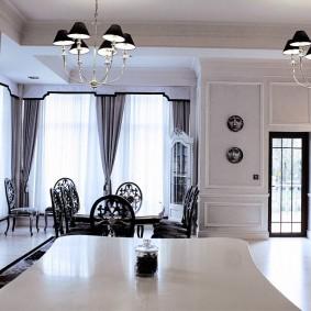 Черные плафоны на люстре в кухне-гостиной
