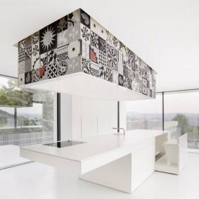 Белый пол в комнате с панорамными окнами