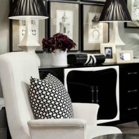 Белое кресло с тканевой обивкой