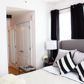 Черные шторы в белой спальне