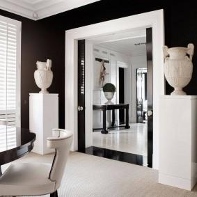 Дверной проем в черно-белой гостиной