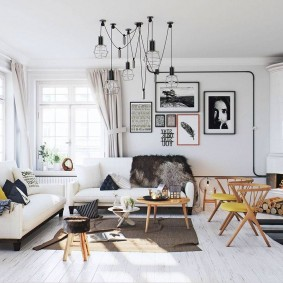 Деревянные стульчики в светлой гостиной