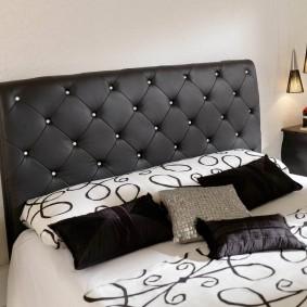 Черное изголовье кровати в спальне