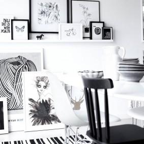 Картины в тонких рамках черного цвета