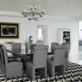 Серые стулья за кухонным столом